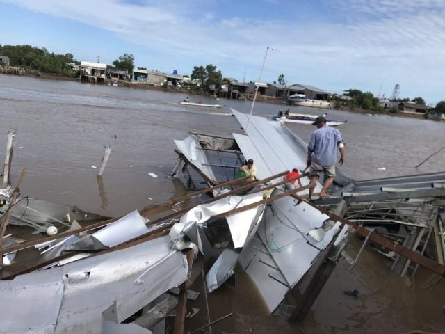 Sạt lở bờ sông, ít nhất 14 căn nhà hư hỏng nặng - 1