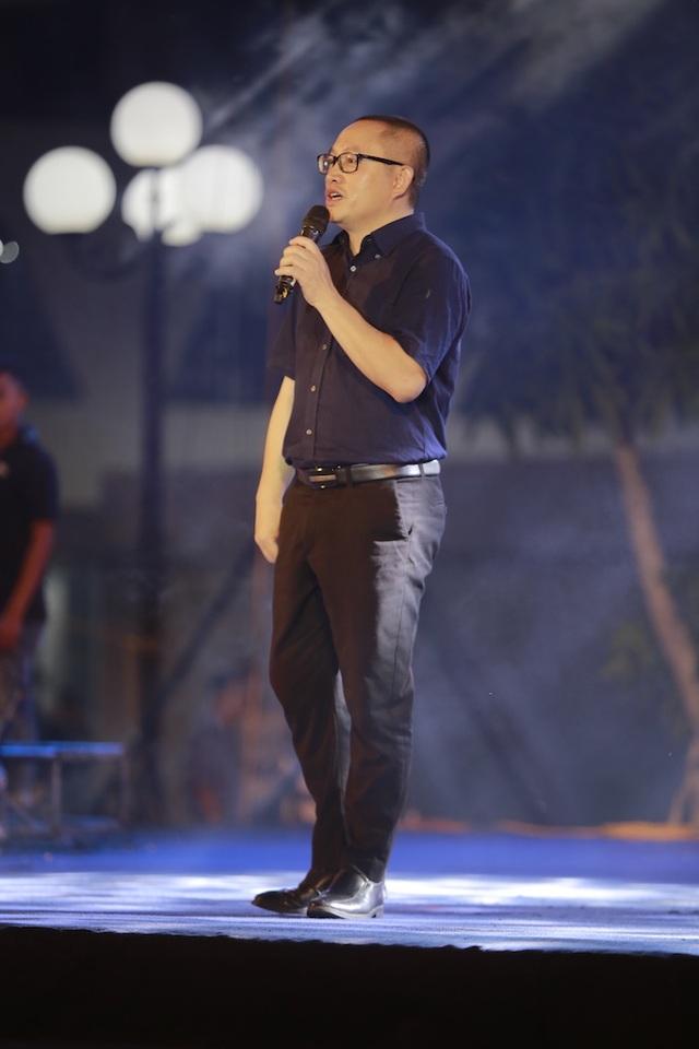 Vừa đàn vừa hát, nam sinh Quảng Bình đăng quang ngôi Quán quân Học bổng Tài năng ĐH FPT - 1