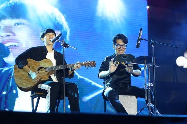Vừa đàn vừa hát, nam sinh Quảng Bình đăng quang ngôi Quán quân Học bổng Tài năng ĐH FPT - 5