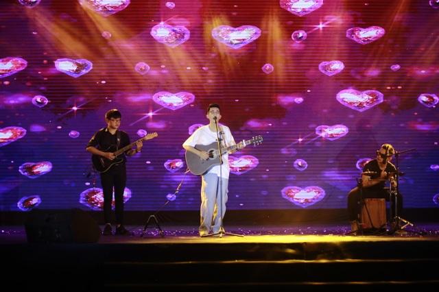 Vừa đàn vừa hát, nam sinh Quảng Bình đăng quang ngôi Quán quân Học bổng Tài năng ĐH FPT - 8