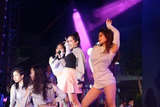 Vừa đàn vừa hát, nam sinh Quảng Bình đăng quang ngôi Quán quân Học bổng Tài năng ĐH FPT - 9