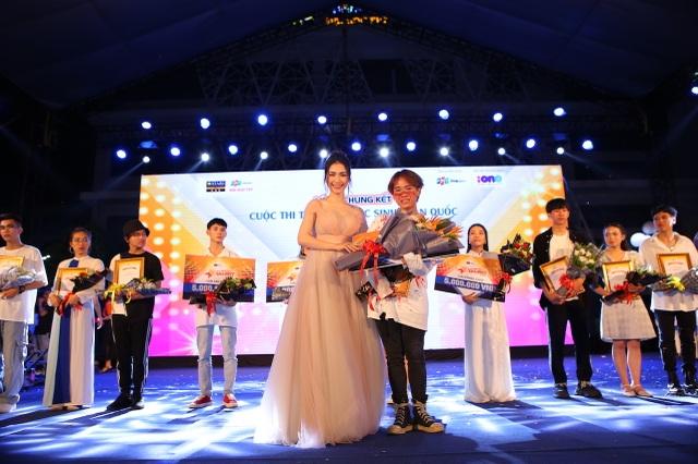 Vừa đàn vừa hát, nam sinh Quảng Bình đăng quang ngôi Quán quân Học bổng Tài năng ĐH FPT - 11
