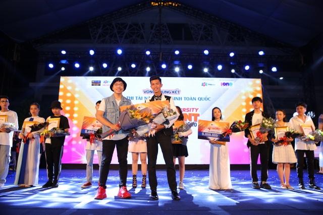 Vừa đàn vừa hát, nam sinh Quảng Bình đăng quang ngôi Quán quân Học bổng Tài năng ĐH FPT - 12