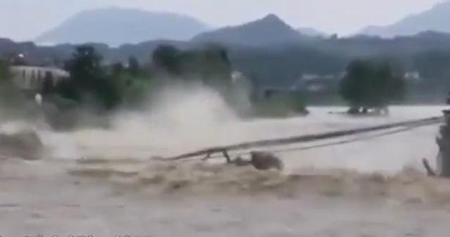 Video cầu 480 tuổi ở Trung Quốc bị nước lũ đánh sập - 1