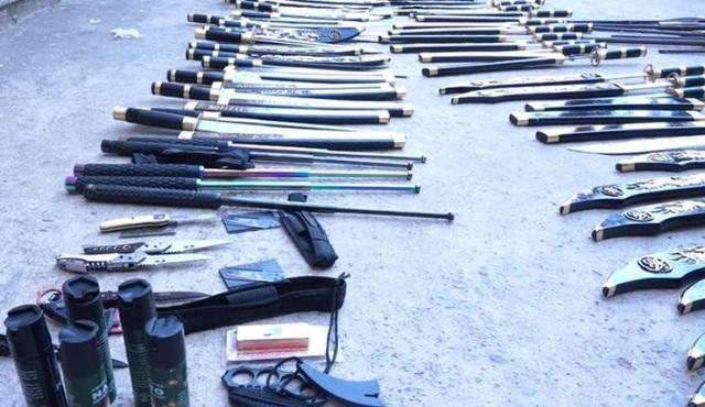 Những gói bưu phẩm chứa đầy vũ khí, công cụ hỗ trợ - 1