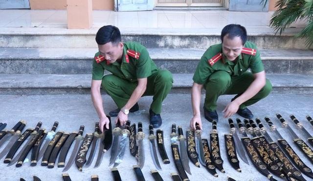 Những gói bưu phẩm chứa đầy vũ khí, công cụ hỗ trợ - 2