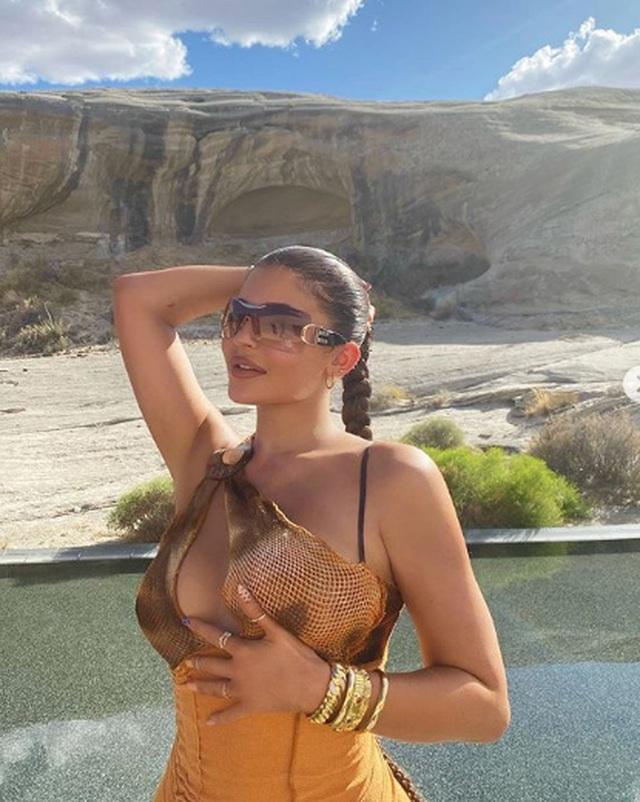 Kylie Jenner bốc lửa trong kỳ nghỉ ở sa mạc - 1
