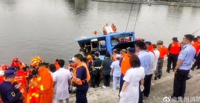 Xe chở học sinh thi đại học ở Trung Quốc lao xuống hồ, 21 người chết - 2