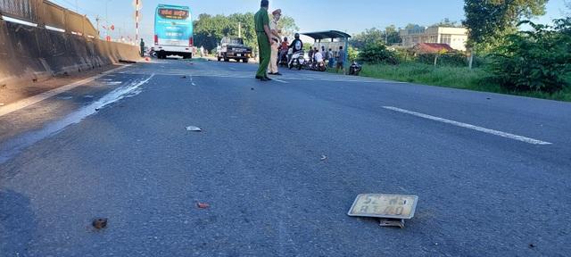 Xe khách lôi xe máy đi gần 50m, nữ công nhân chết thảm - 1