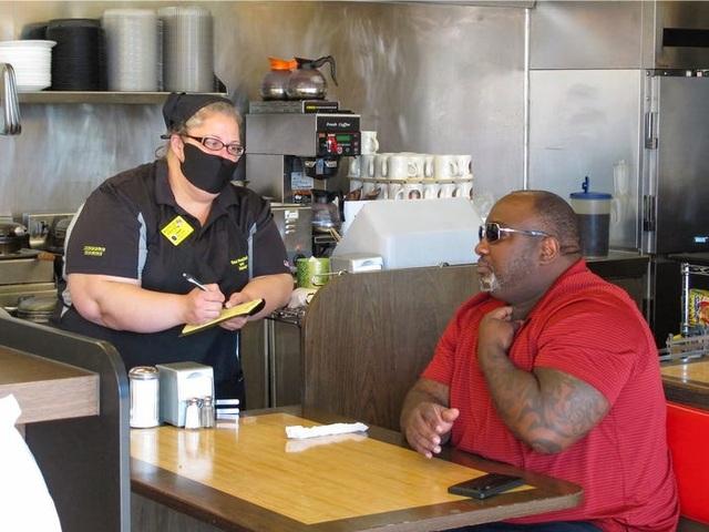 Nhắc khách đeo khẩu trang, nhân viên nhà hàng Mỹ bị đánh - 1