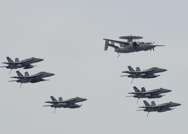 Máy bay quân sự Mỹ phô diễn sức mạnh trong tập trận tại Biển Đông - 12