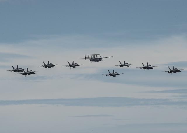Máy bay quân sự Mỹ phô diễn sức mạnh trong tập trận tại Biển Đông - 13