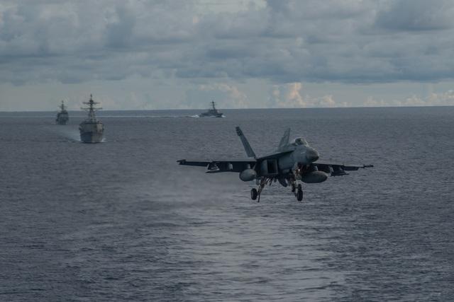 Máy bay quân sự Mỹ phô diễn sức mạnh trong tập trận tại Biển Đông - 16
