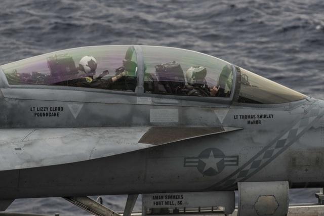 Máy bay quân sự Mỹ phô diễn sức mạnh trong tập trận tại Biển Đông - 2