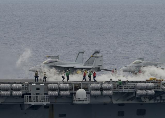 Máy bay quân sự Mỹ phô diễn sức mạnh trong tập trận tại Biển Đông - 4