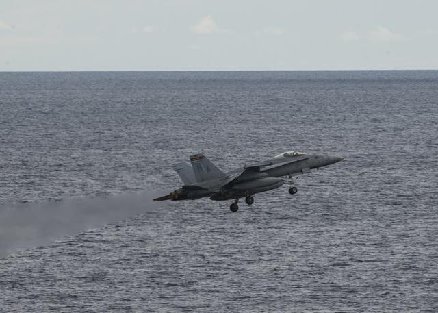 Máy bay quân sự Mỹ phô diễn sức mạnh trong tập trận tại Biển Đông - 5