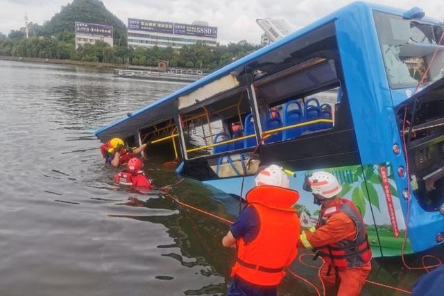 Xe chở học sinh thi đại học ở Trung Quốc lao xuống hồ, 21 người chết - 1