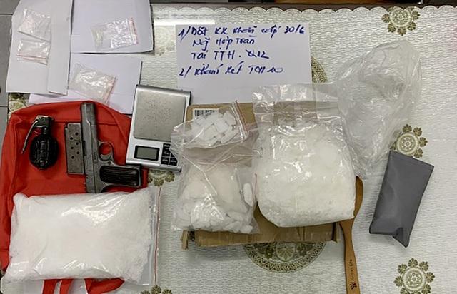 Những con buôn ma túy luôn thủ súng phòng thân - 1