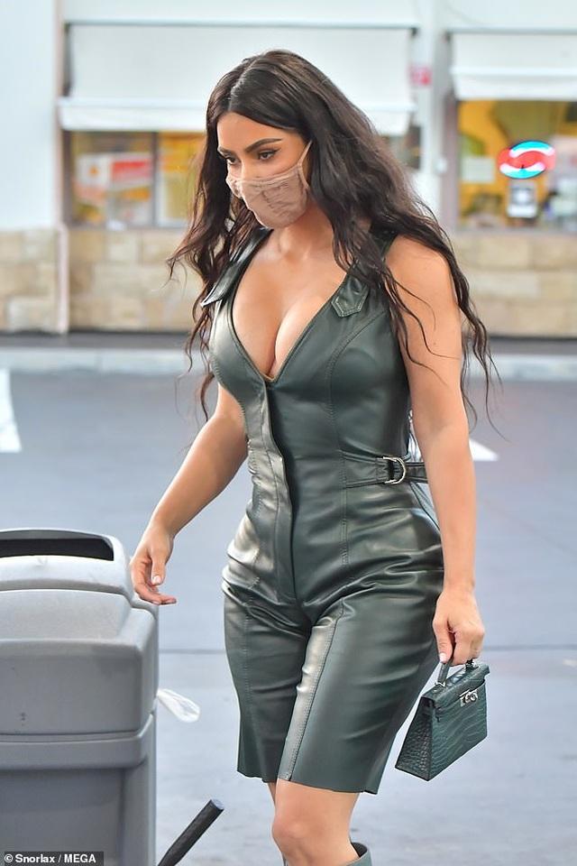 Kim Kardashian khoe ngực đầy trên phố - 1