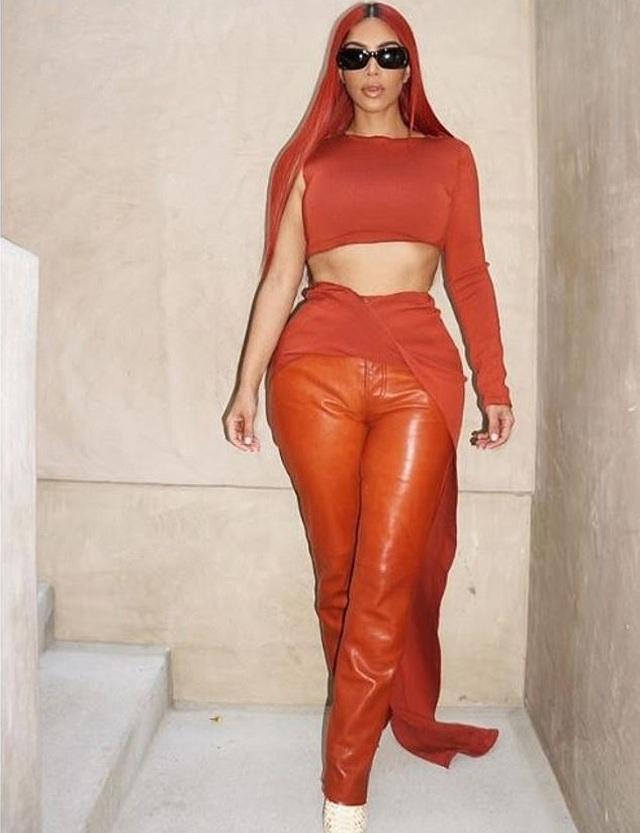Kim Kardashian khoe ngực đầy trên phố - 8