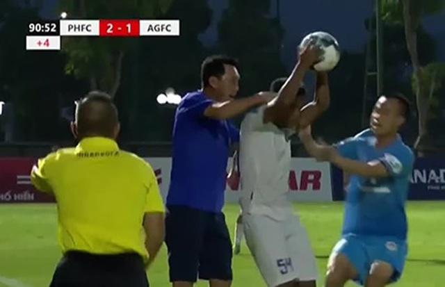 HLV CLB Phố Hiến bóp cổ cầu thủ An Giang - 1