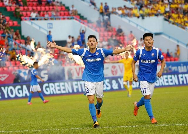 Tài năng trẻ Hai Long đối đầu với những tiền vệ hàng đầu Việt Nam - 1