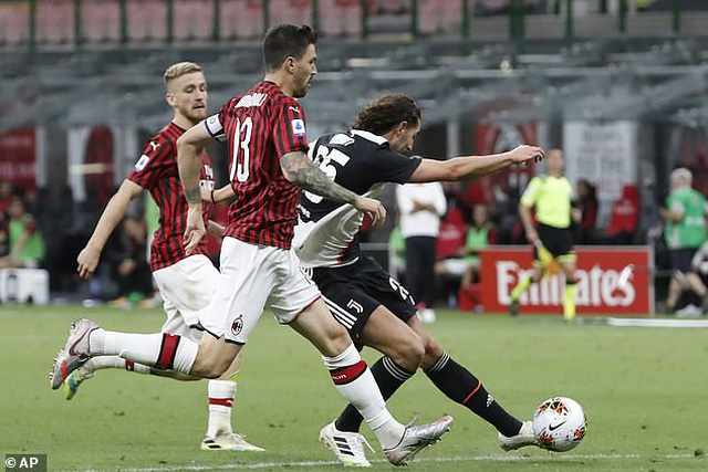 Ronaldo vẫn cười tươi trong ngày Juventus bại trận trước AC Milan - 1
