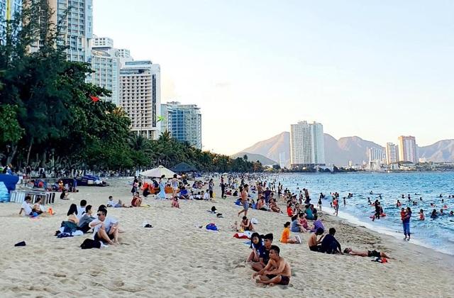 Phố biển Nha Trang rộng cửa đón khách - 2
