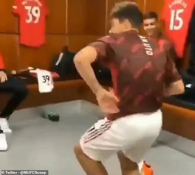 Pogba nhảy múa tưng bừng sau chiến thắng của Man Utd trước Bournemouth - 2