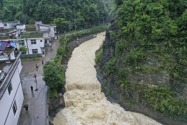 Trung Quốc nâng cảnh báo mưa lũ mức cao nhất ở hạ nguồn đập Tam Hiệp - 6