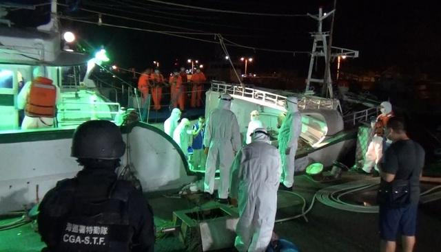 Đài Loan bắt tàu cá đưa 30 người Việt vượt biên trái phép - 1