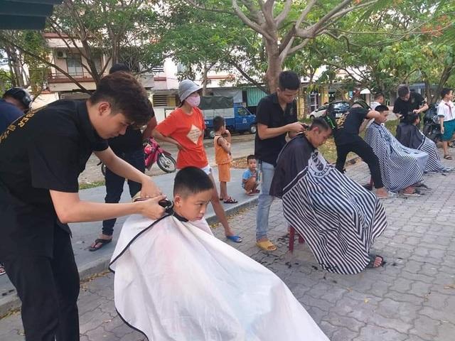Nhóm bạn trẻ tình nguyện cắt tóc miễn phí cho người nghèo ở Đà Nẵng - 1