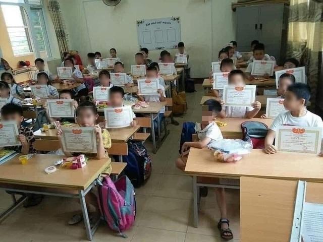 """Trăn trở trước bức ảnh """"cả lớp giơ giấy khen, mình em lẻ loi"""" - 1"""