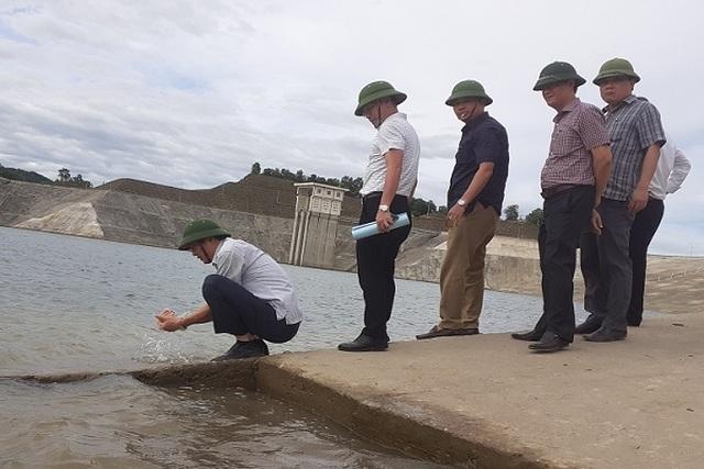 Vì sao nước hồ thủy lợi lớn nhất tỉnh Hà Tĩnh đổi màu? - 2
