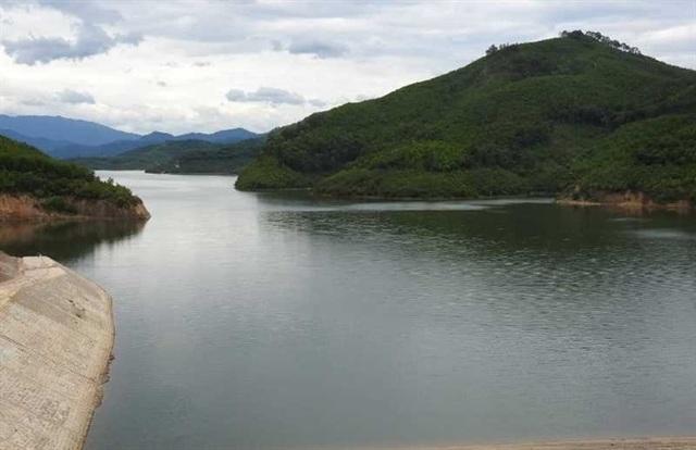 Vì sao nước hồ thủy lợi lớn nhất tỉnh Hà Tĩnh đổi màu? - 3