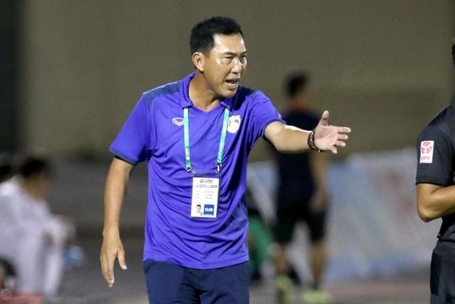 HLV bóp cổ cầu thủ ở giải hạng Nhất bị cấm chỉ đạo 2 trận