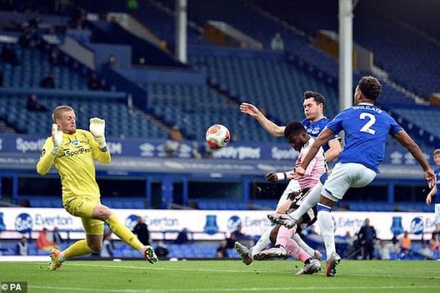 Đối thủ tự thua, Man Utd sáng cửa lọt vào top 4 Premier League - 2
