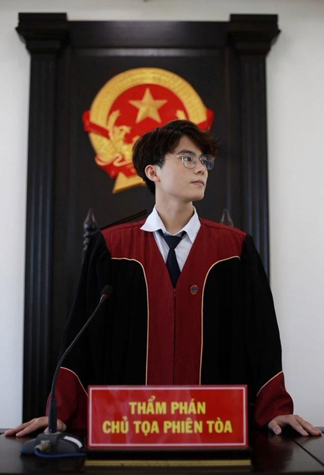 """Nam sinh Học viện Tòa án vào vai chủ tọa """"đốn tim"""" phái nữ - 1"""