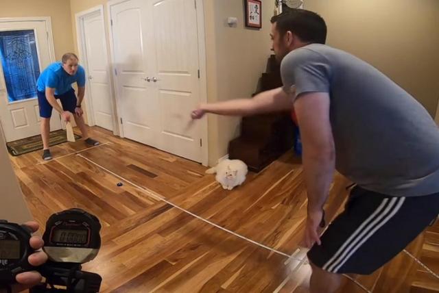 Vợ giúp chồng mặc 18 chiếc áo trong 30 giây lập kỷ lục Guinness - 2