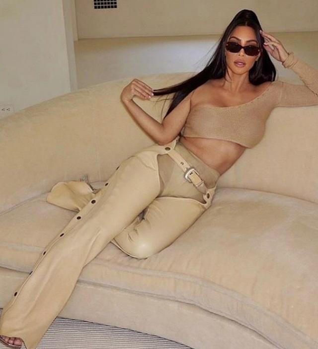 Kim Kardashian khoe chân nuột nà - 4