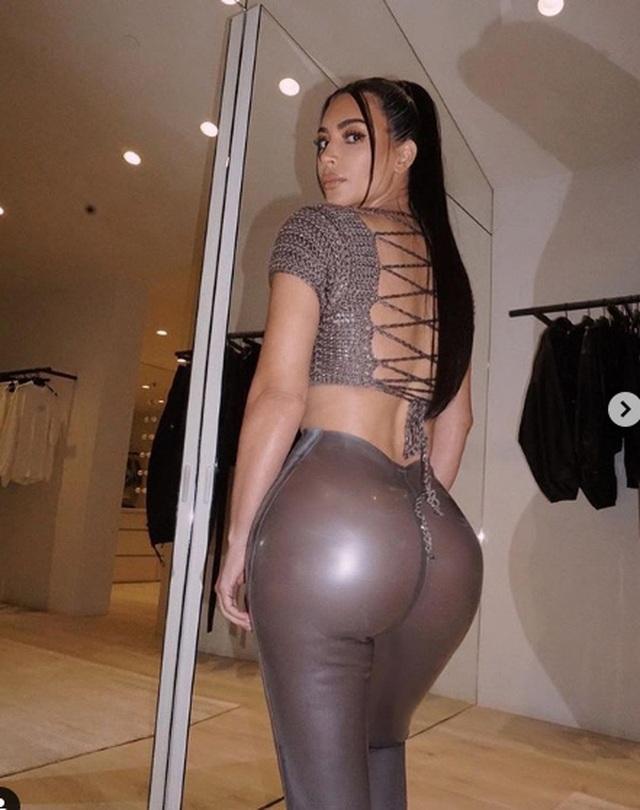 Kim Kardashian khoe chân nuột nà - 5