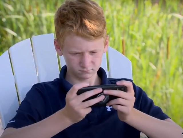 Bé 6 tuổi câu được điện thoại di động, ngâm sông 1 năm vẫn hoạt động tốt - 3
