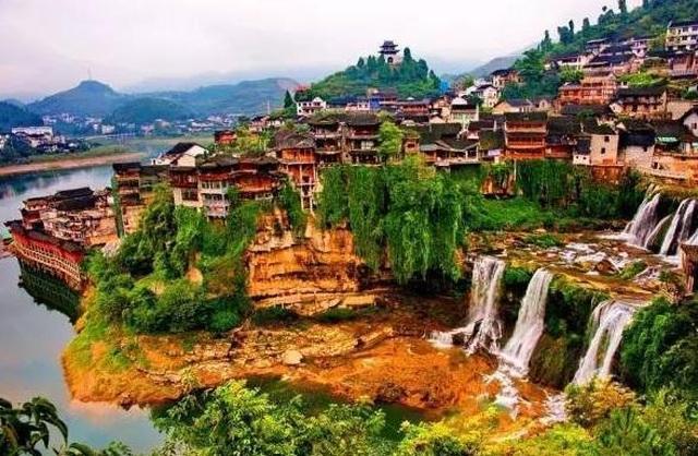 Cổ trấn nghìn năm tuổi nằm mấp mé cạnh dòng thác lũ cuồn cuộn - 1