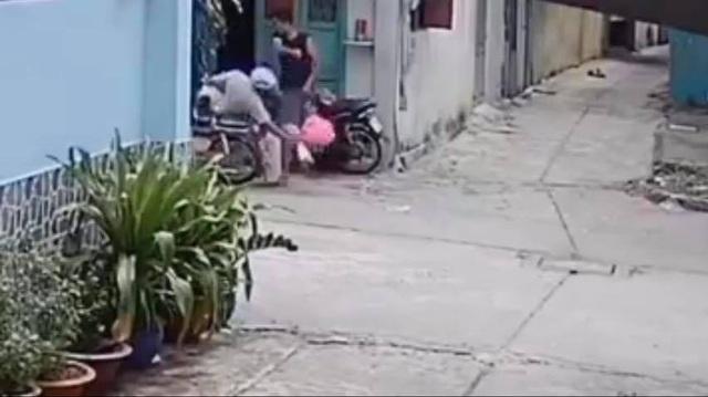 Con trai đánh cả cha lẫn mẹ khi được gọi vào ăn cơm - 1