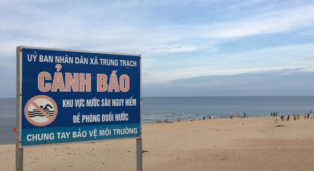 """Bất chấp nguy hiểm, hàng trăm người vẫn tắm ở bãi biển """"tử thần"""" - 3"""
