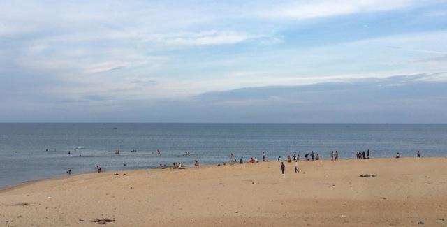 """Bất chấp nguy hiểm, hàng trăm người vẫn tắm ở bãi biển """"tử thần"""" - 1"""
