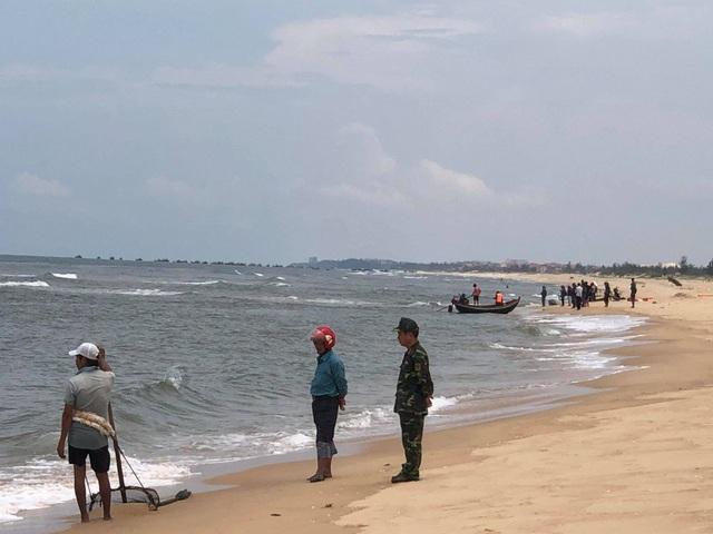 """Bất chấp nguy hiểm, hàng trăm người vẫn tắm ở bãi biển """"tử thần"""" - 2"""