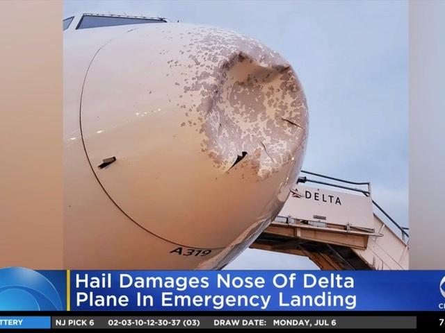 Máy bay bị móp méo phải hạ cánh khẩn cấp vì mưa đá - 1