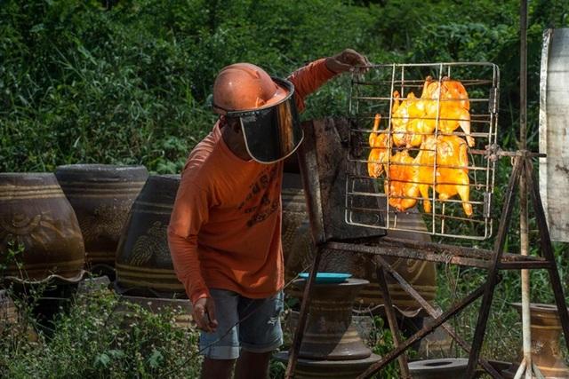 Món gà nướng mặt trời có một không hai, 20 năm vẫn cháy hàng  - 1