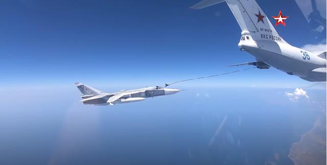 Video máy bay chiến đấu Nga tiếp liệu ngoạn mục trên không - 1